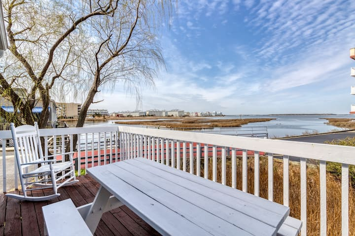 Waterfront beach cottage w/ full kitchen, cable, free WiFi - close to the beach!