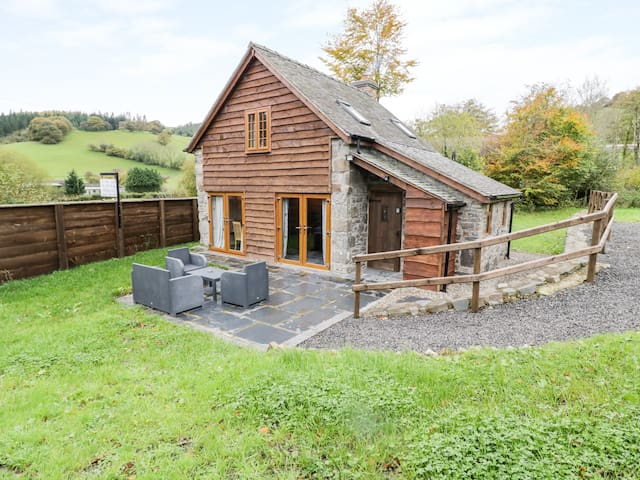 YR HEN EFAIL, pet friendly, with open fire in Llanfyllin, Ref 968120