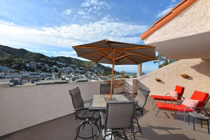 Beautiful Condo, Private Balcony, Pool, Hillside and Harbor Views