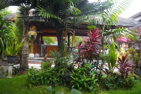 Surf Doggie Tropical Balinese style - Kuta - Bed & Breakfast