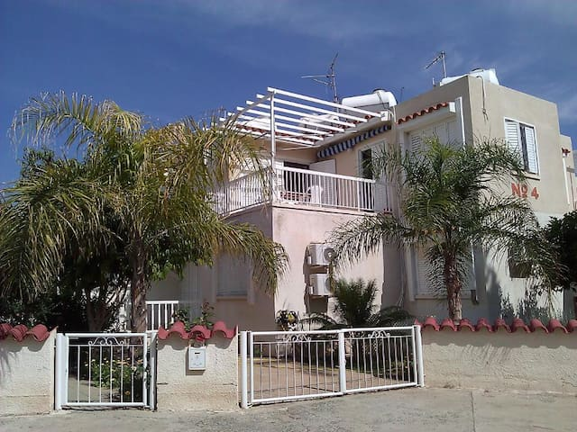 1-bed flat (200m from beach, restricted sea-view)
