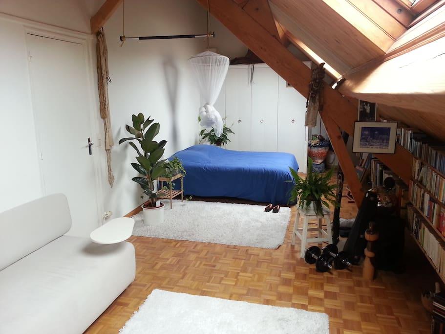 Chambre à coucher, le lit et son double placard de rangements