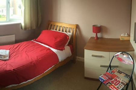Single room in warm and friendly family home - Shrewsbury
