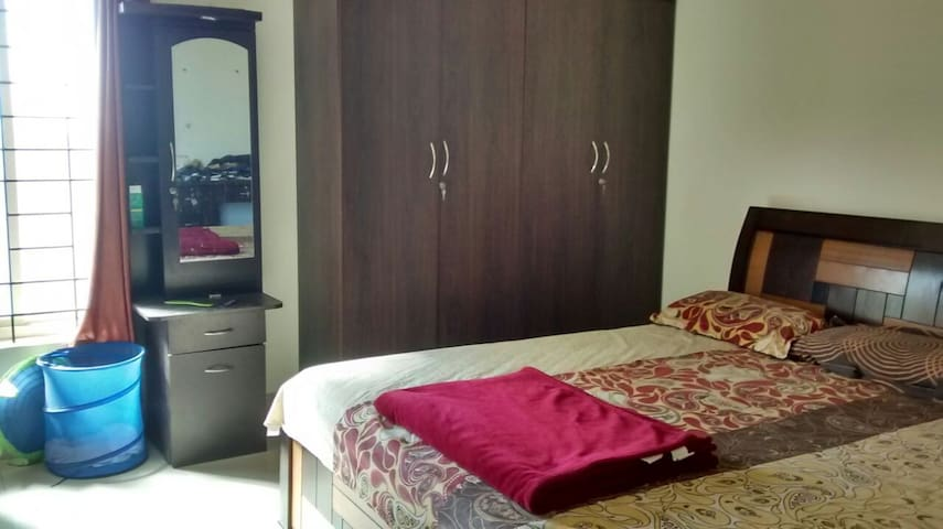 Spacious 2bhk with balcony on sharing basis - Bengaluru - Flat