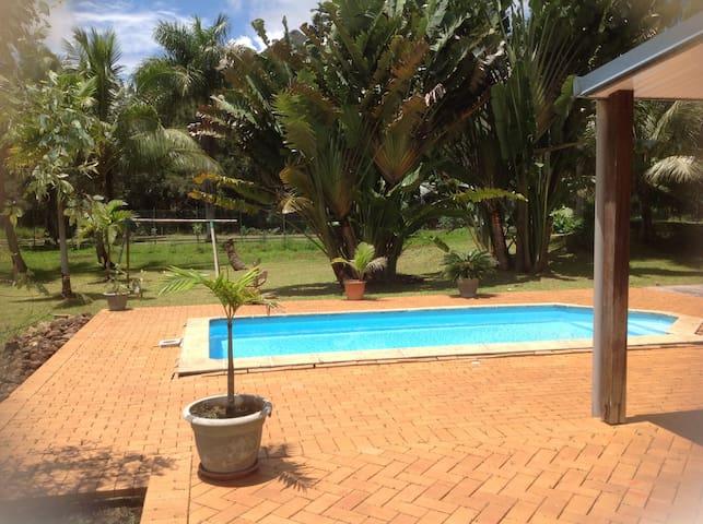 Villa avec piscine dans un écrin de verdure