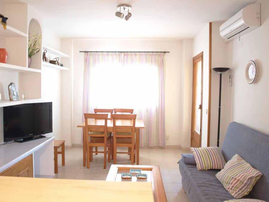 Acogedor comedor con sofá-cama, TV de alta calidad y aire acondicionado. Cosy living room with sofa bed, TV-HD and air conditioning.