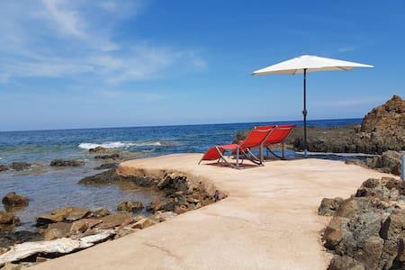 Villa pieds dans l'eau - piscine naturelle en mer