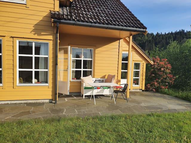 Hus ved sjøen på Osterøy