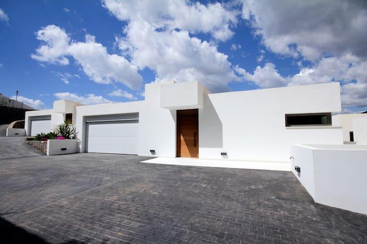 Entrada Vivienda y acceso a garaje , y entrada privada a la casa por el garaje.