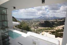 Vistas a la montaña y mar a través de los grandes ventanales.