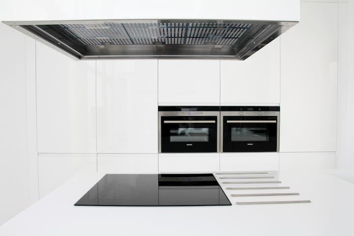 Cocina, con electrodomésticos panelados.
