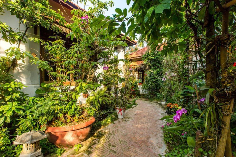 Modern 4 Bedroom House sets in a beautiful garden