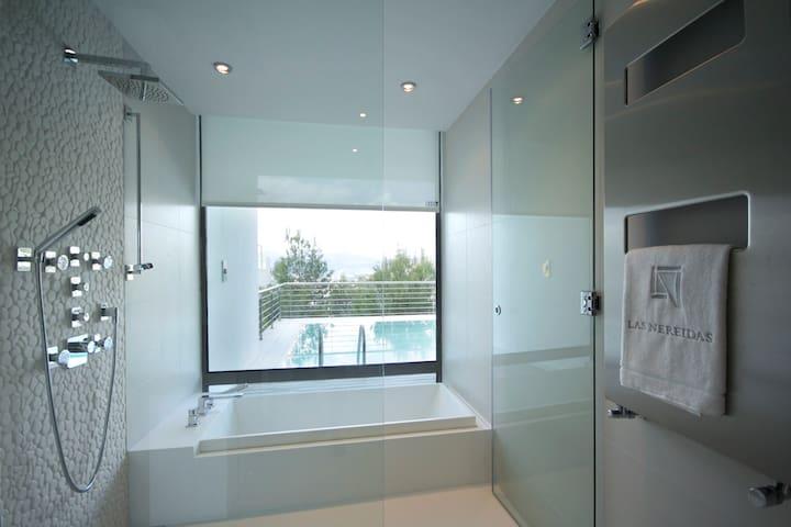 Baño y ducha separadas situado en la suite.