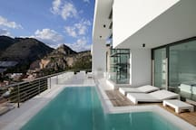 Piscina y terraza con diferentes ambientes donde relajarse.