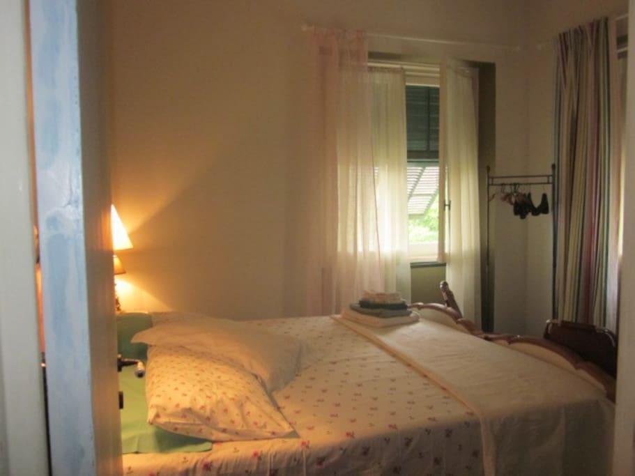 ...camera verde allestita matrimoniale