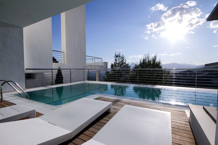 Terraza con diferentes ambientes donde relajarse.