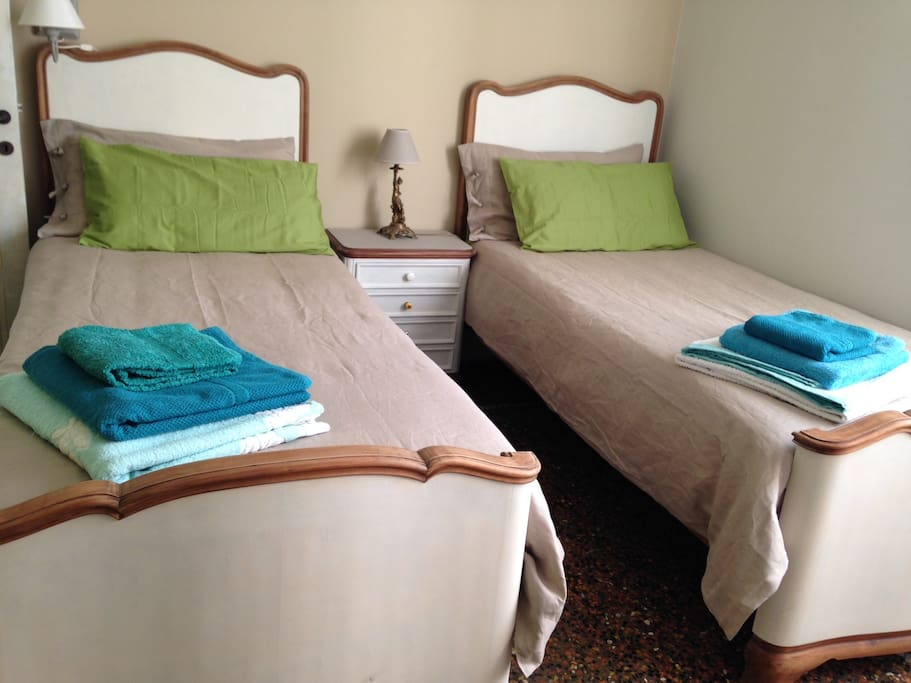 ...camera verde allestita a letti singoli