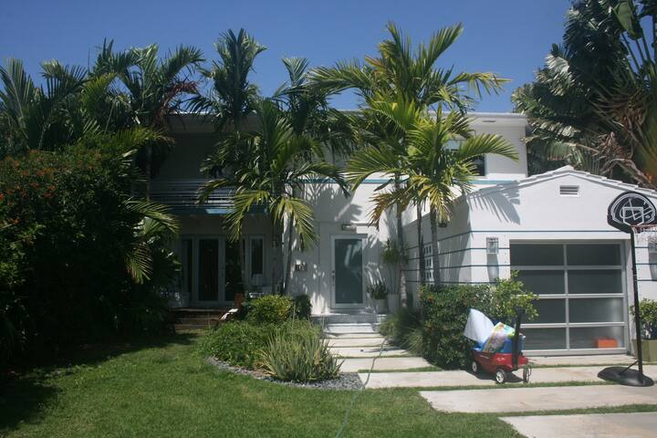 4BD SOBE Home steps to Lincoln Rd