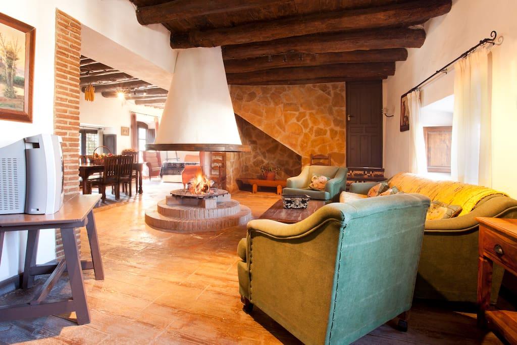 La gran chimenea redonda y abierta en el centro del gran salón es el alma de la casa