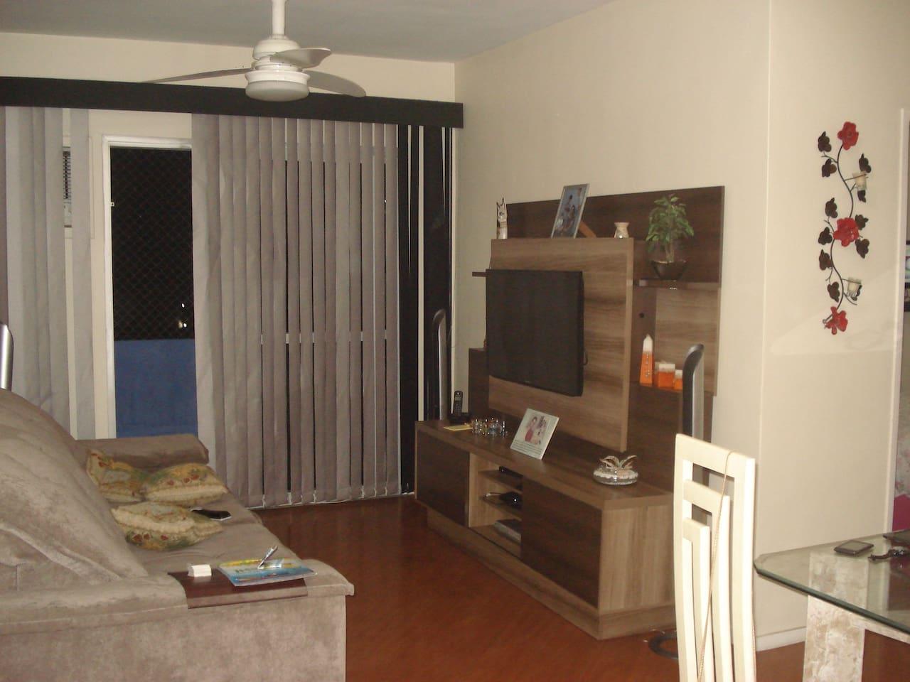 Sala, com varanda, ventilador de teto e ar condicionado