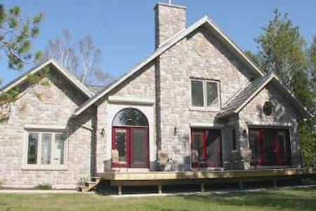 2 bedroom cottage close to Sauble Beach - Sauble Beach