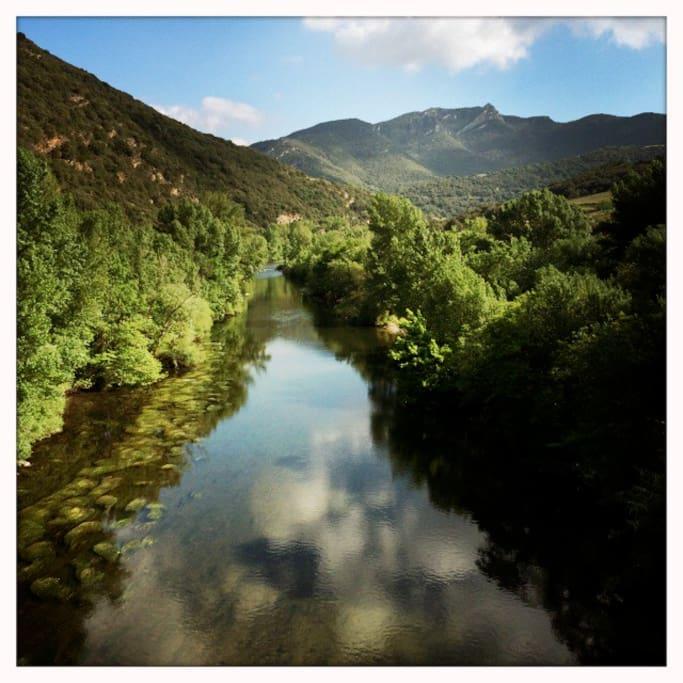 La rivière à 2 mn à pied de la maison