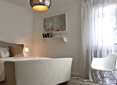 The White Room- bright, luxe, private - Bury St Edmunds - Bed & Breakfast
