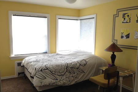 Sunny guest room in Fremont
