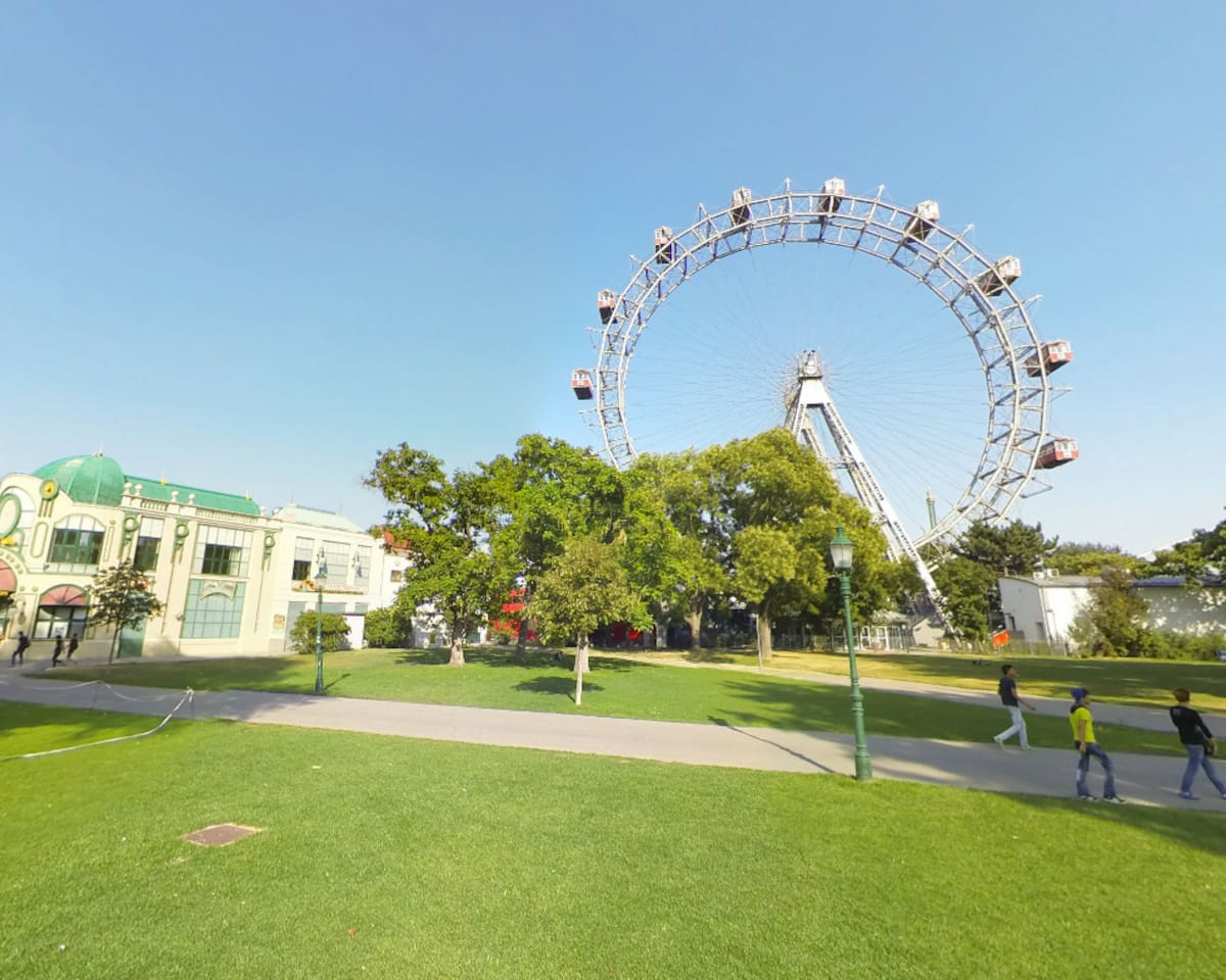 Prater ferris wheel and theme park - Only 3 minutes walk away!