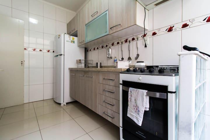 Uma cozinha completa p momentos confortáveis de refeição