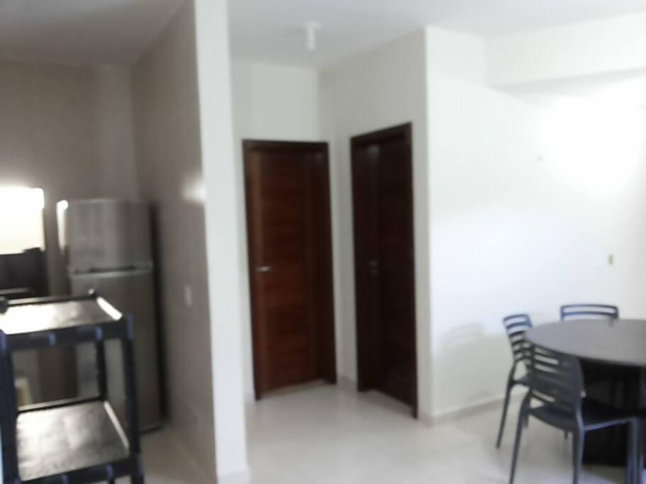 Sala De jantar com visao da entrada pro quarto e banheiro no terreo