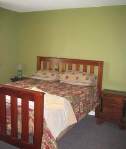 Comfy 3 bed Apt Downtown Rossland - Rossland - Lejlighed
