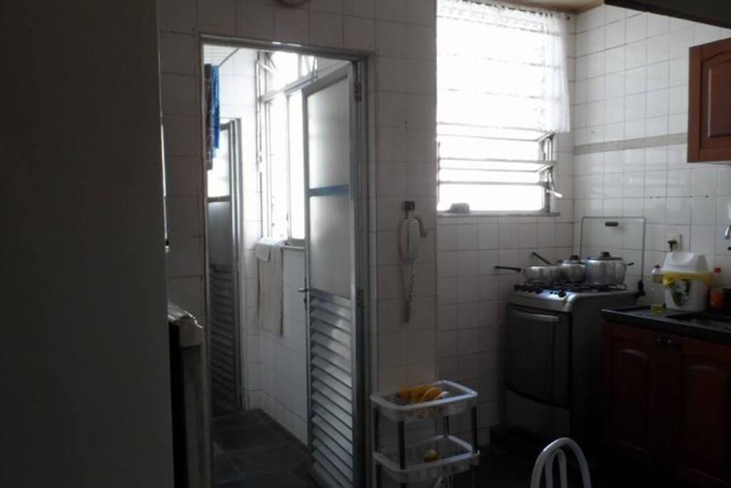 Cozinha com área de serviço e lavanderia