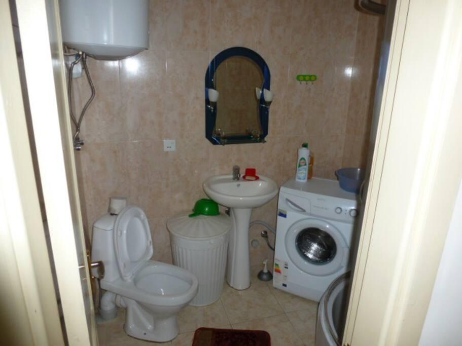 Санузел с душ-кабиной,стиральной машиной.Горячая вода-бойлер