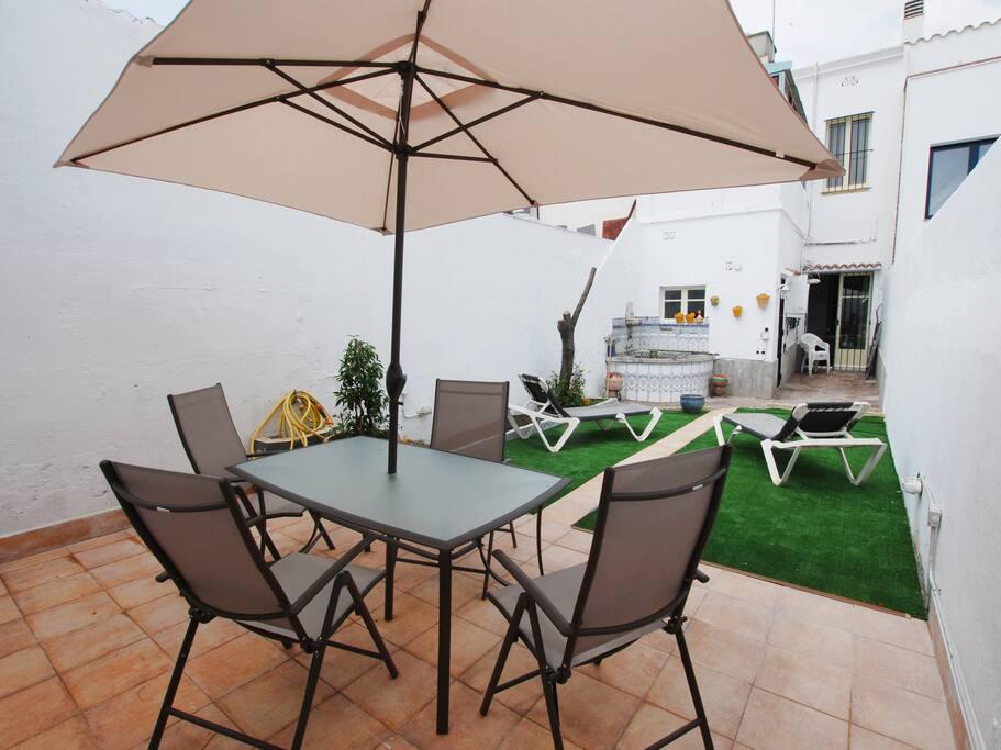 Terraza con sombrilla para protegerse del sol