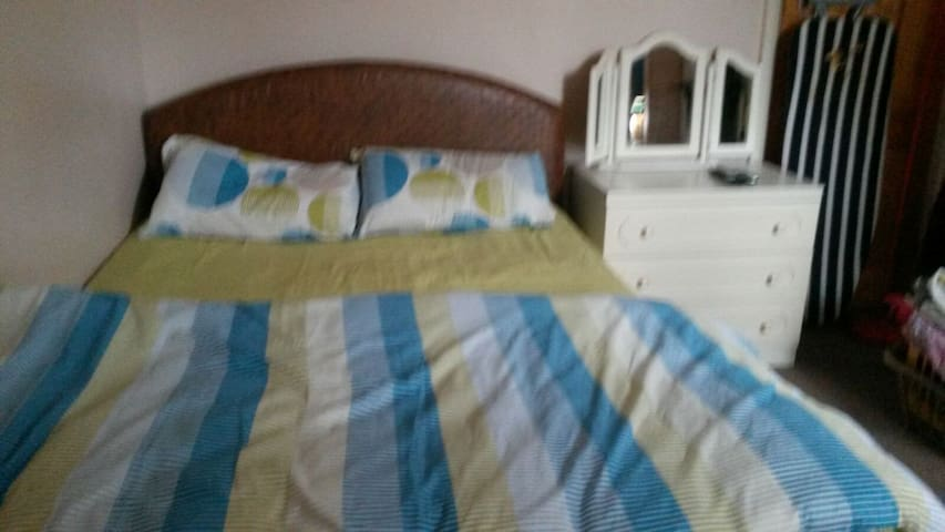 Double room walking distance to train station - Luton - House