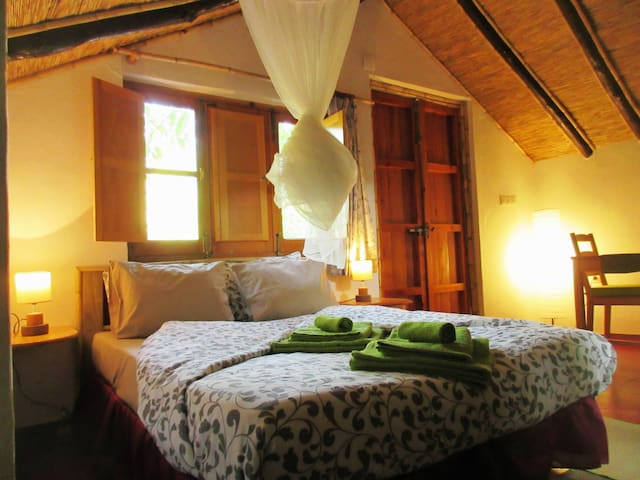 Finca Vegana, romantic cabin for 2, near creek - Bocaleones - 단독주택