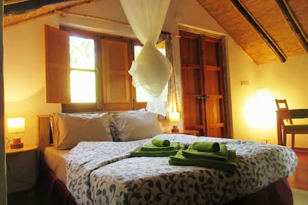 Finca Vegana, romantic cabin for 2, near creek - House
