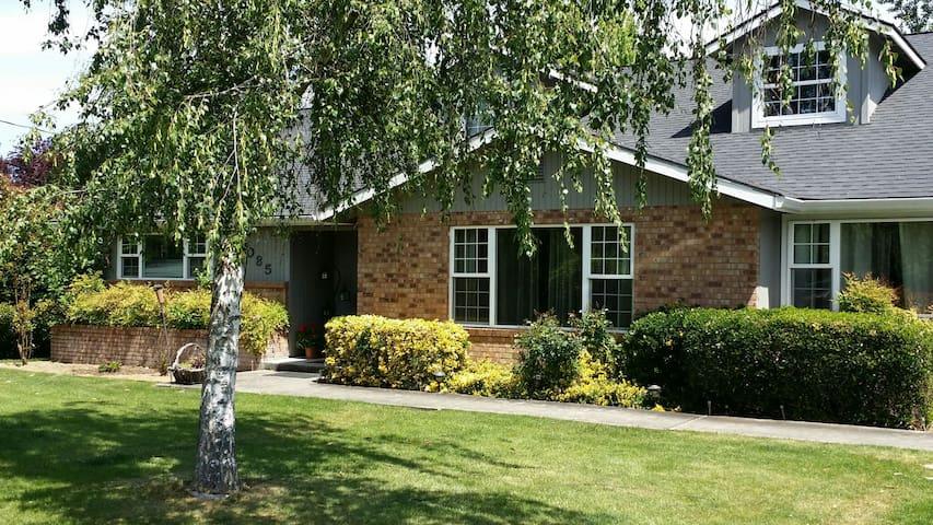 Huge home! Hot tub & pool! - Medford