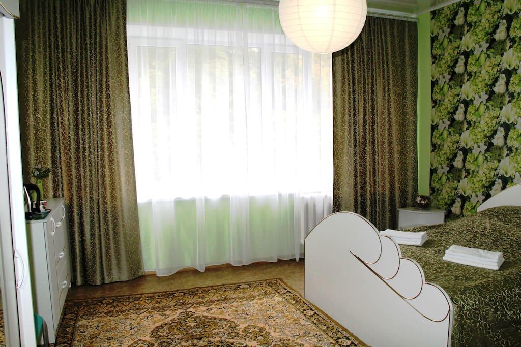 Двухместный номер с большой двуспальной кроватью. В номере: санузел, телевизор с плоским экраном, тумбочки, шкаф, комод, чайник, посуда