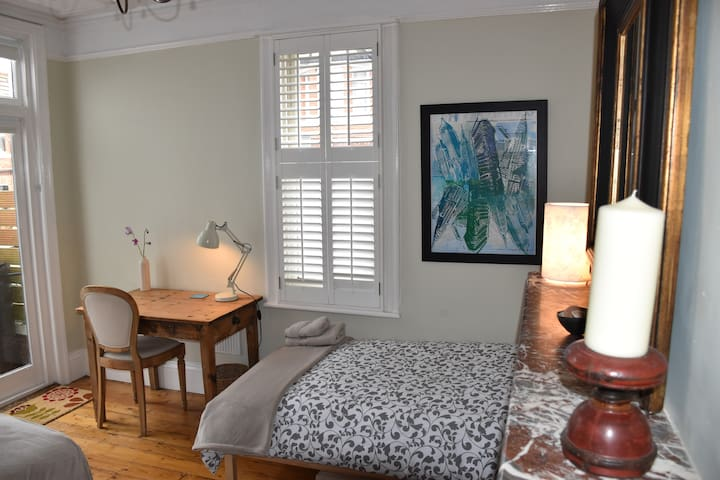 Spacious Twin Bedroom in Hove