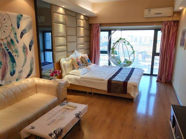 中街商圈,近故宫,地铁口,韩式小清新风格落地窗大床房