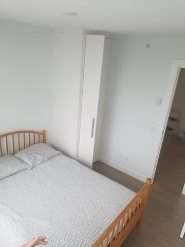 Warm and cozy room Near Skytrain and Shops