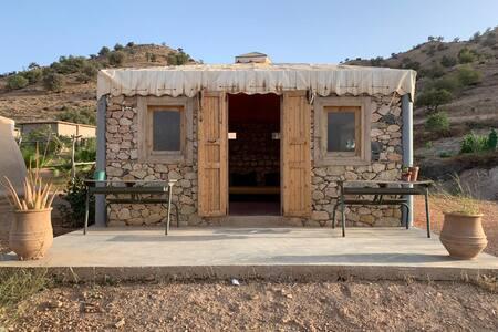 Chambre en pierre toit en toile    vue lac & atlas