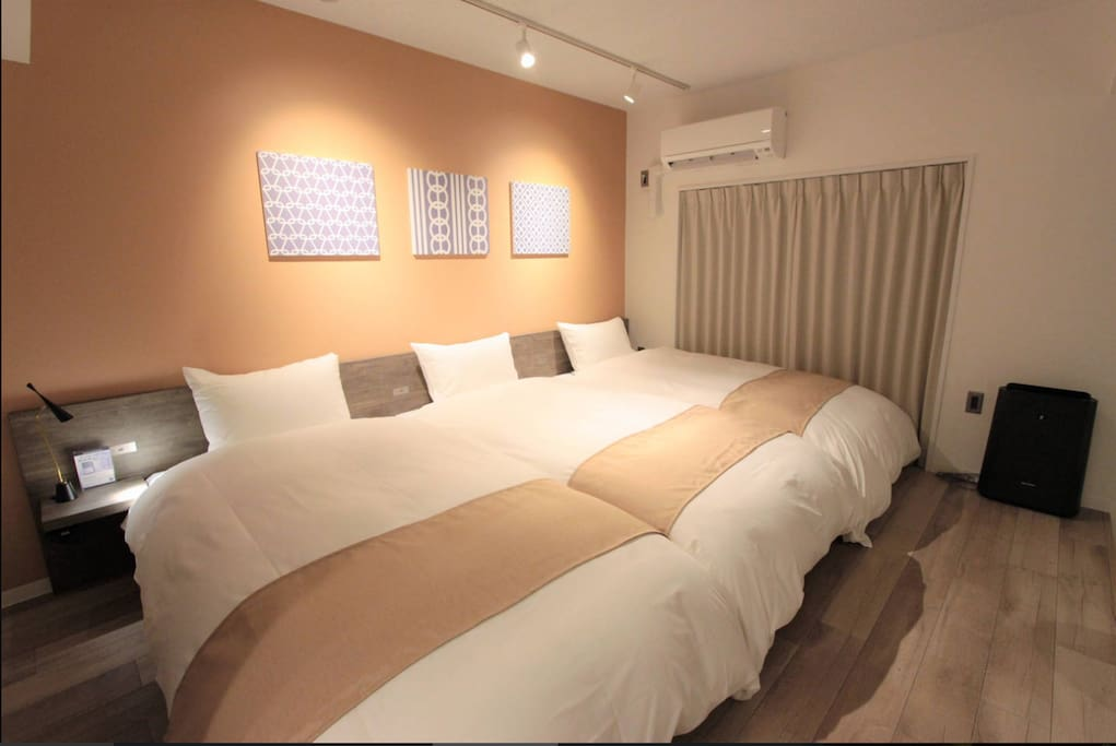 3 single beds 三張單人床