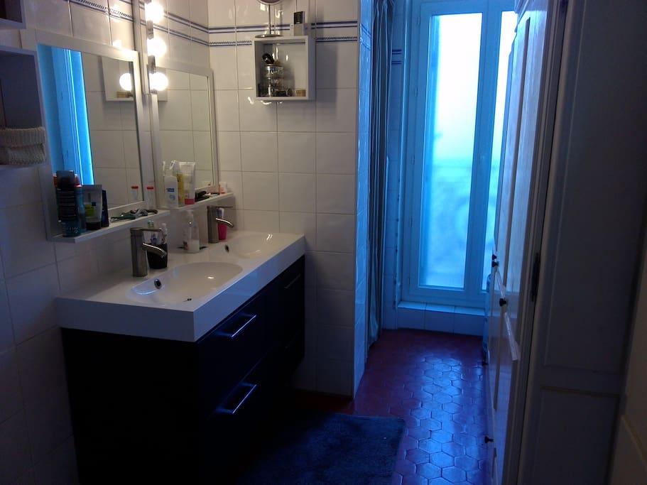 Salle de bain avec une douche et 2 lavabos, toilettes séparés