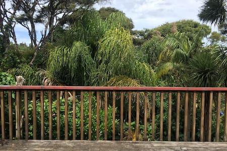 Charming Waiheke home: simple, bohemian, romantic. - Auckland