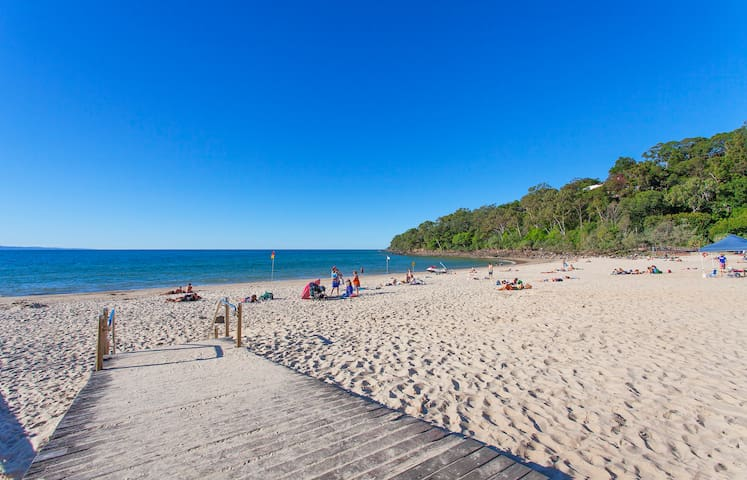 2 bedroom & 2 bathroom unit hasting St Noosa Heads