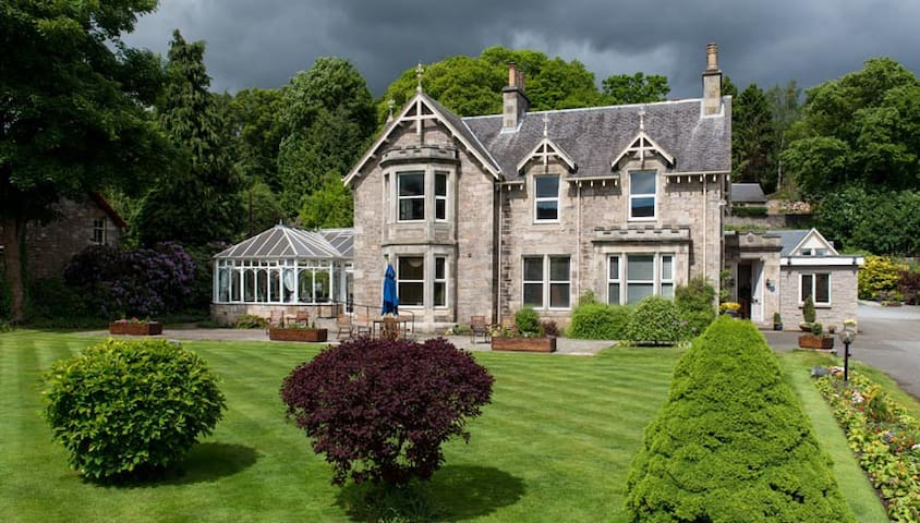 Claymore Guest House & Apartments - Pitlochry
