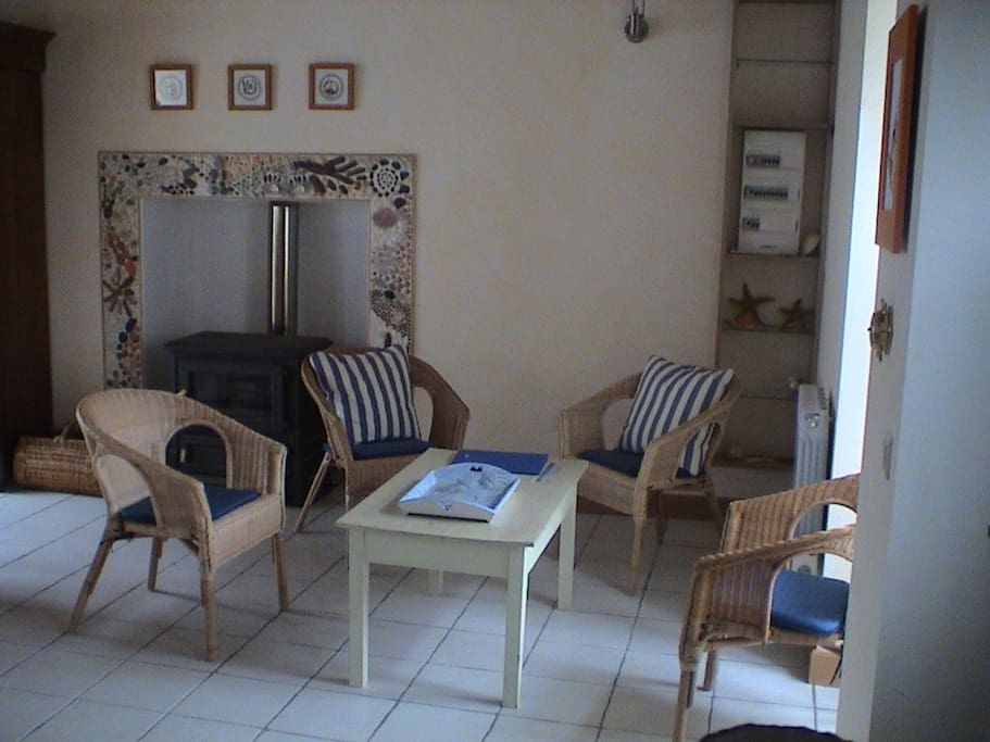 Le salon, avec le coin cheminée (poêle à bois)